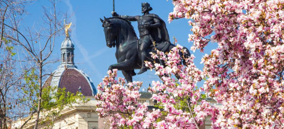 king-tomislav-statue-in-zagreb-croatia-in-spring-picture-id1149902644